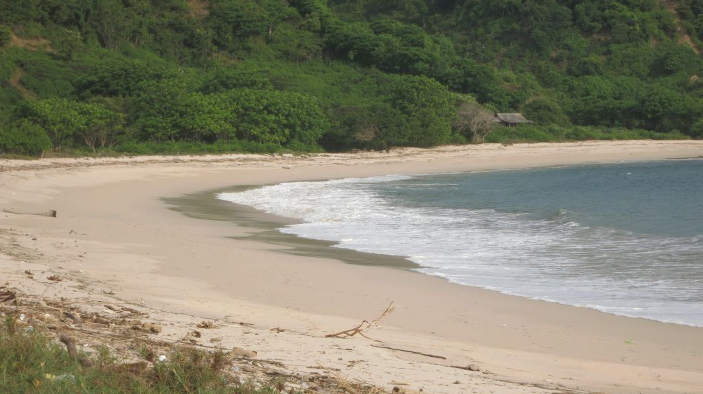 Click to enlarge image Kertasari_white Beachfront_Sumbawa1 .JPG