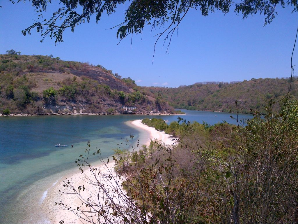 Click to enlarge image Utan_Beachfront_150m_Hill_2ha_Sumbawa1.jpg