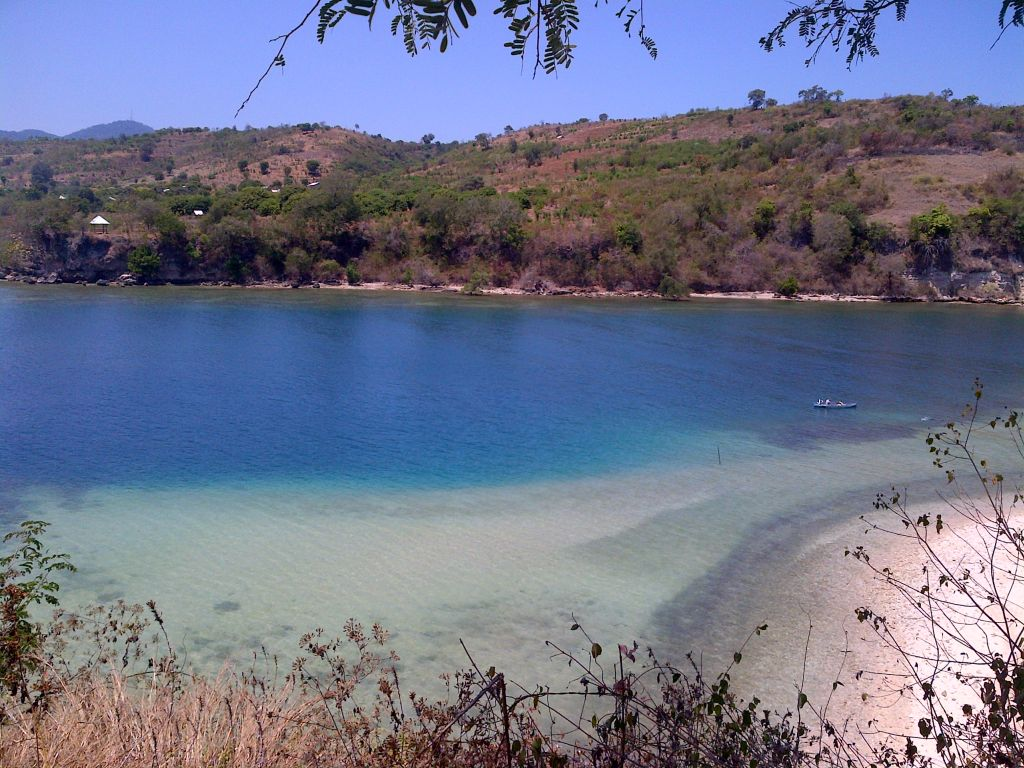 Click to enlarge image Utan_Beachfront_150m_Hill_2ha_Sumbawa2.jpg